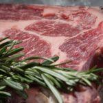 Carne sintetica: cos'è e perché potrebbe fare più male di quella da allevamento