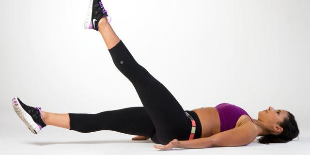 10 esercizi che puoi fare senza alzarti dal letto roba da donne - Gambe del letto ...