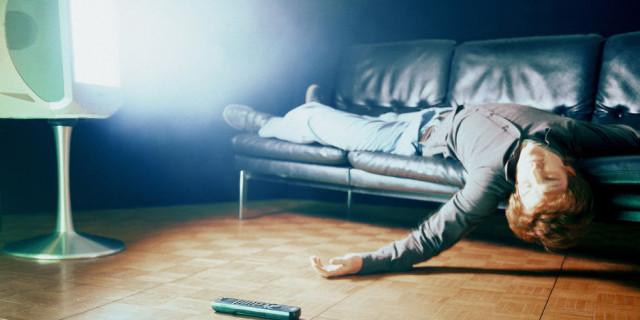Risultati immagini per addormentarsi davanti alla tv