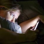 Allarme Cellulare: Recenti Ricerche Dimostrano che Usarlo Prima di Andare a Dormire fa Ingrassare!