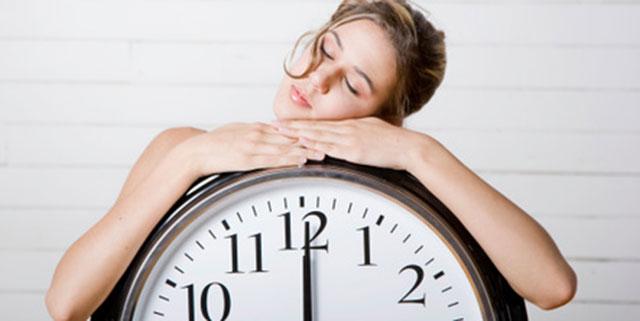 dicerie-sul-sonno ragazza dorme a mezzogiorno