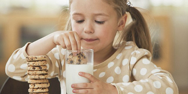 dicerie-sul-sonno-bimba beve latte caldo