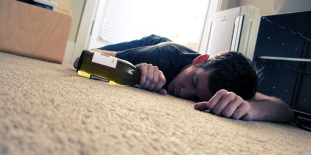 dicerie-sul-sonno ragazzo dorme ubriaco