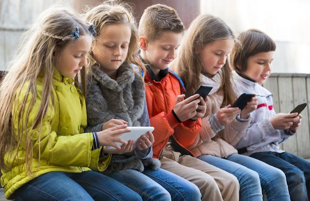 """I pediatri lanciano l'allarme: """"Bambini con la gobba a causa degli smartphone"""""""