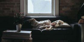 Perché le donne hanno bisogno di più ore di sonno degli uomini… ma ne dormono 2 in meno