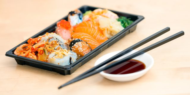 Sushi low-cost e all you can eat: cosa rischiate di mangiare con il pesce