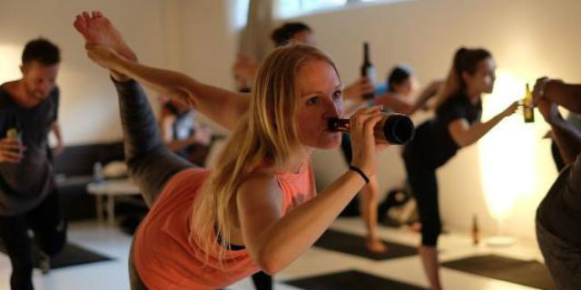 I benefici effetti del BierYoga, fare yoga bevendo birra