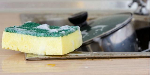 buttare la spugna della cucina