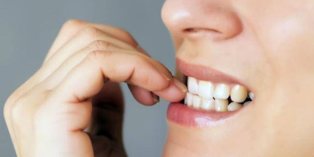 Perché ti mangi le unghie? Colpa della mamma o di queste 4 cose