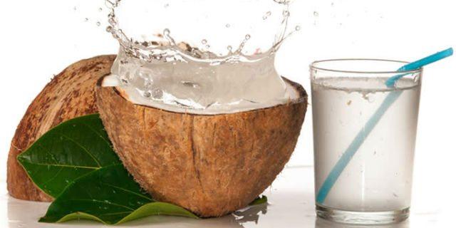 4 motivi per cui dovresti bere l'acqua di cocco