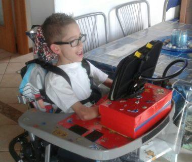 Christian, il piccolo, grande uomo che combatte la sua disabilità con il sorriso