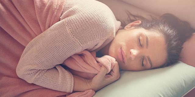 Perché dormire sul fianco sinistro migliorerà la tua qualità di vita