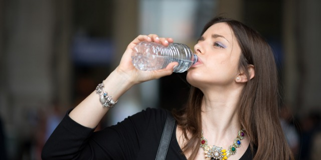 bere troppa acqua come far passare il singhiozzo