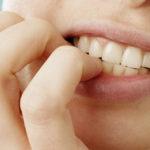 Onicofagia, se la fragilità di chi si mangia le unghie diventa autolesionismo