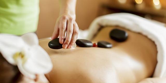 Tutti i benefici dell'Hot Stone Massage, il massaggio che usa pietre calde