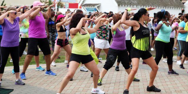 Zumba, danza-fitness del momento: benefici e controindicazioni