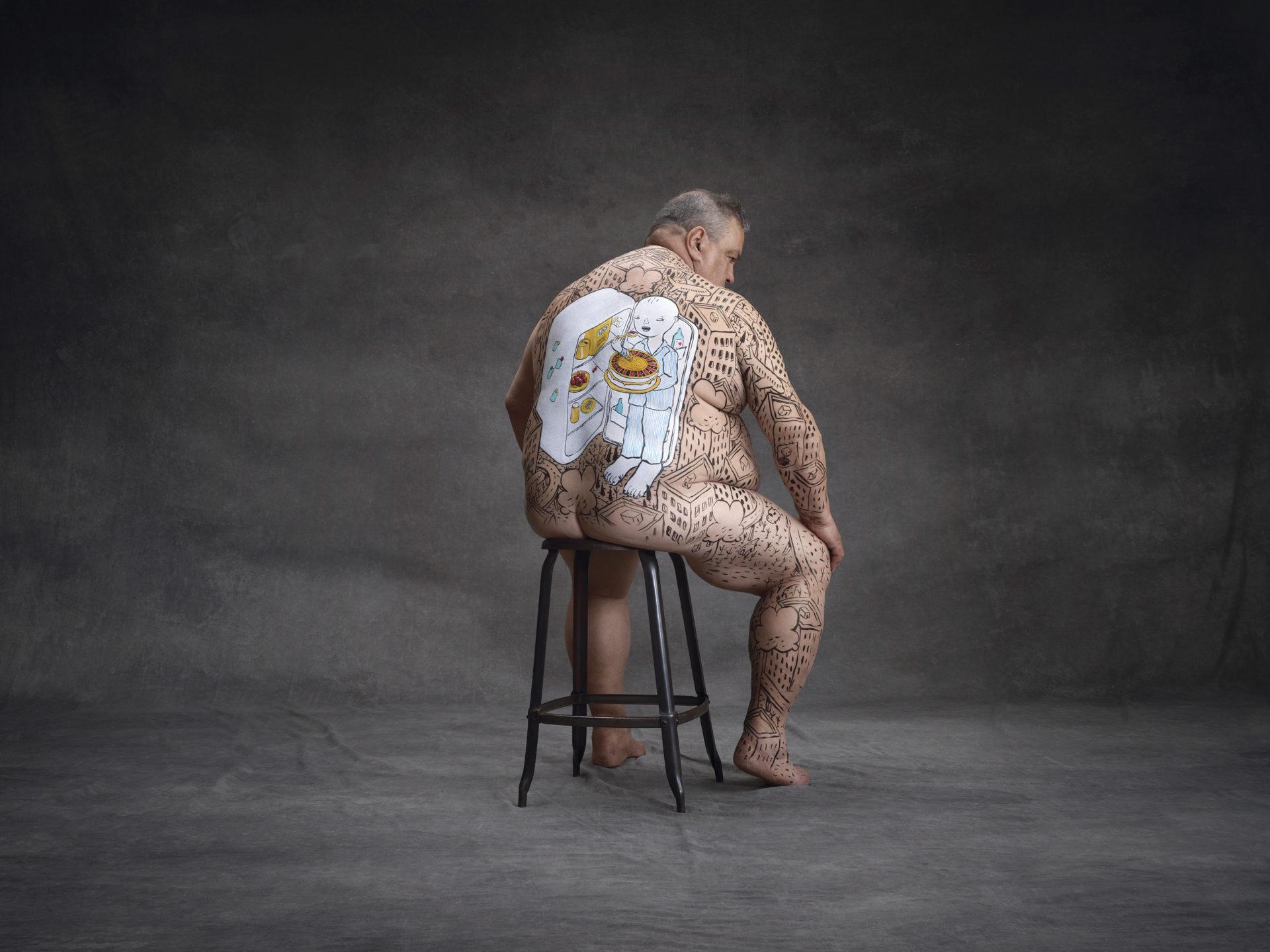 """Quel dolore che causa l'obesità dipinto sulla pelle di chi non sta solo """"mangiando troppo"""""""
