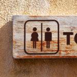 Perché le donne hanno davvero bisogno del doppio di bagni pubblici rispetto agli uomini