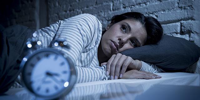 Notte insonne: cosa succede al corpo e alla mente di chi non dorme e cosa fare
