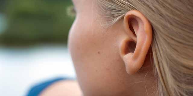 Acufene: quel ronzio nelle orecchie che distrugge la vita e la storia di 6 vip