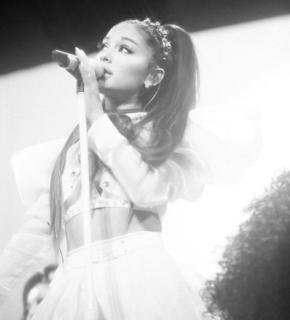 """""""Non so cosa stia succedendo al mio corpo"""": il post di Ariana Grande preoccupa i fan"""