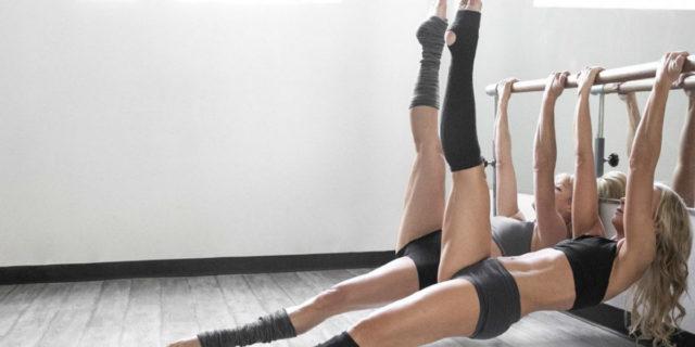 Booty barre: cosa succede se metti insieme danza, yoga e pilates