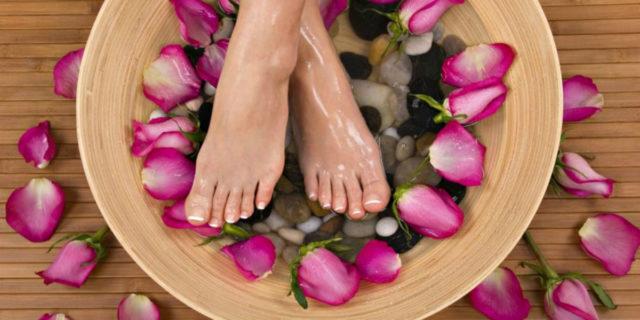 Consigli e ricette per un pediluvio, ideale non solo per la cura dei piedi