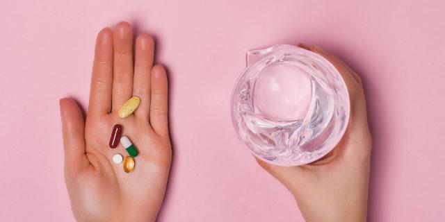 Perché è meglio non assumere farmaci con acqua frizzante (e altri cibi da evitare)