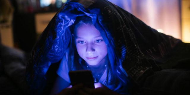 Vamping, i molti pericoli di una pratica diffusa tra bambini e adolescenti