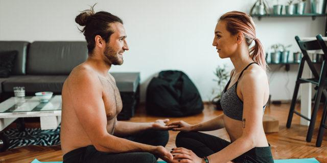 Yoga in coppia, un intreccio di corpi e di respiri che fa bene alla relazione
