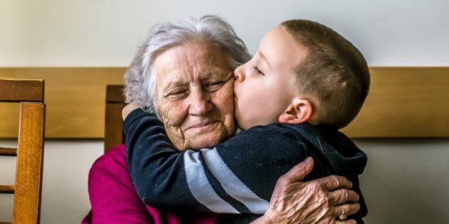 L'ipotesi della nonna: e se la menopausa fosse nata da una 'strategia'?