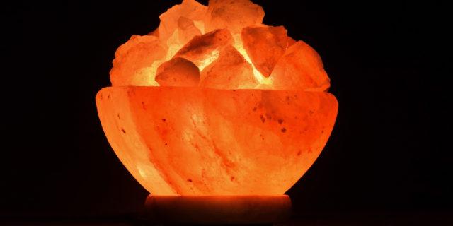 """Hai delle lampade di sale? Scopri i loro benefici e alcune """"avvertenze"""""""