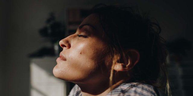 Elioterapia, esporsi al sole per stare meglio: benefici e controindicazioni