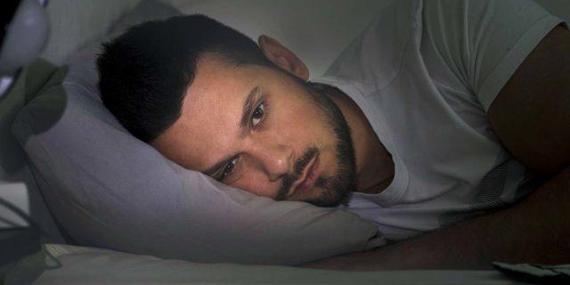 Sunday night insomnia: perché è così difficile addormentarsi di domenica sera?