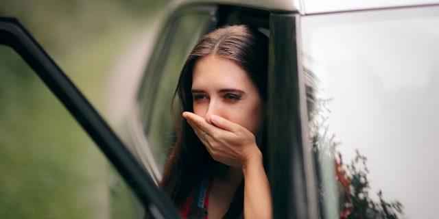 Mal d'auto? Si chiama cinetosi: sintomi, rimedi e cura