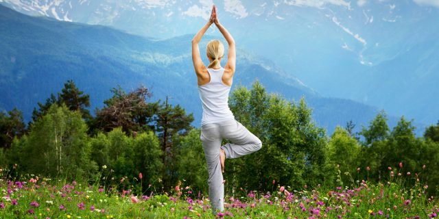 Perché dovresti provare lo yoga in quota (e dove)