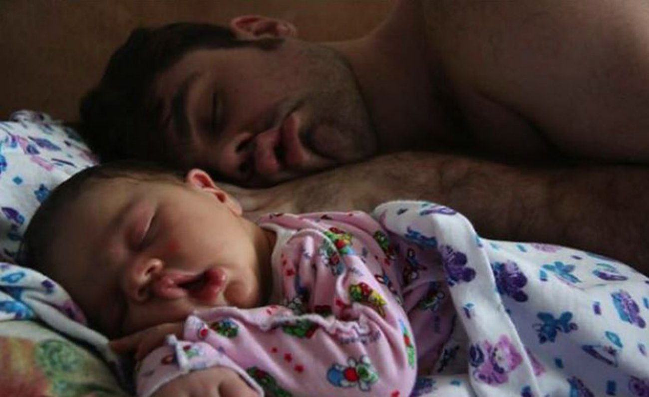 Il Magico Rapporto tra Padre e Figlio: Bimbi e Papà nella stessa Posa