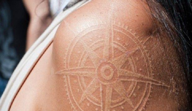 Tatuaggi con Inchiostro Bianco: la Nuova Tendenza per un Look Sensuale!