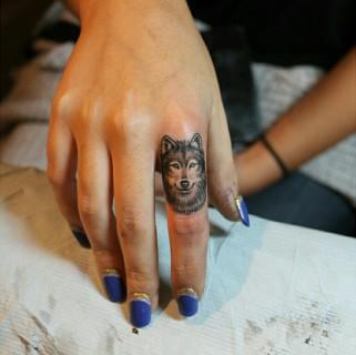 Tatuaggi sulle dita della mano: 25 idee da cui prendere ispirazione