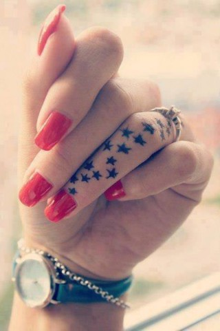 Tatuaggi sulle Dita della Mano: 34 Idee da cui Prendere Ispirazione
