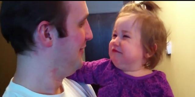 Bambina Si Spaventa nel vedere il Papà Senza Barba
