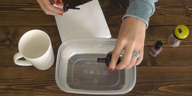 Immerge una tazza in acqua calda con un po' di smalto: ecco il risultato!