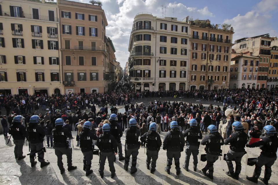 Piazza di Spagna Distrutta dai Tifosi Olandesi