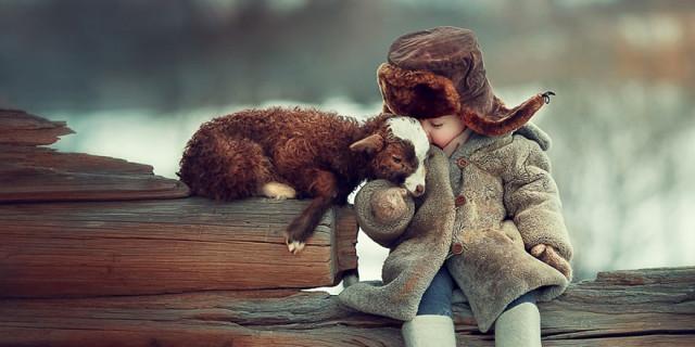 Il Meraviglioso Rapporto che lega Bambini e Animali in 21 Emozionanti Scatti
