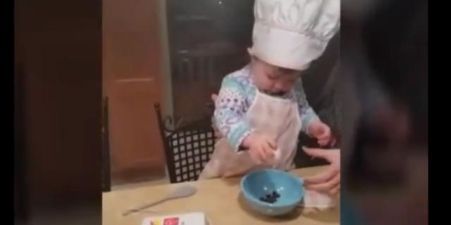 Una Piccola Chef: a soli 16 Mesi Rompe le Uova Meglio degli Adulti
