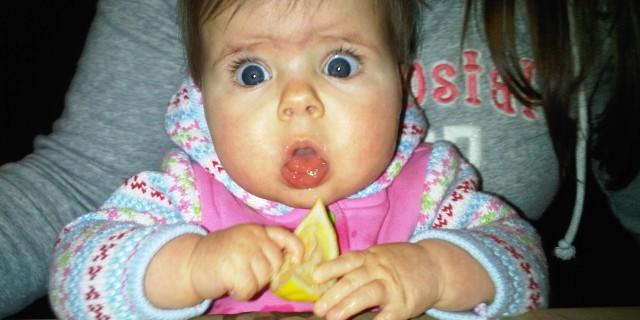 Le Buffe Espressioni dei Bambini che Provano il Limone per la Prima Volta