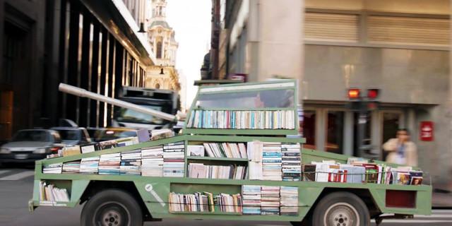Un Carro Armato Pieno di Libri Per Combattere l'Ignoranza
