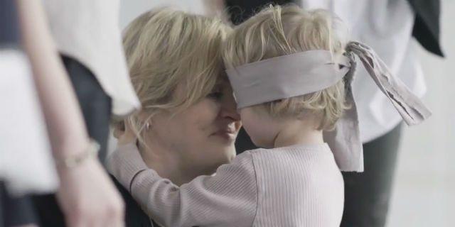 I Bambini Riconoscono le loro Mamme anche se Bendati: un Video Commovente
