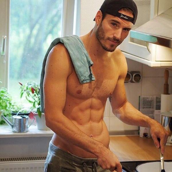 Stasera Cucino io: 17 Uomini Sexy Dietro ai Fornelli