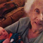 La Tenerezza delle Nonne Centenarie con i Loro Nipotini